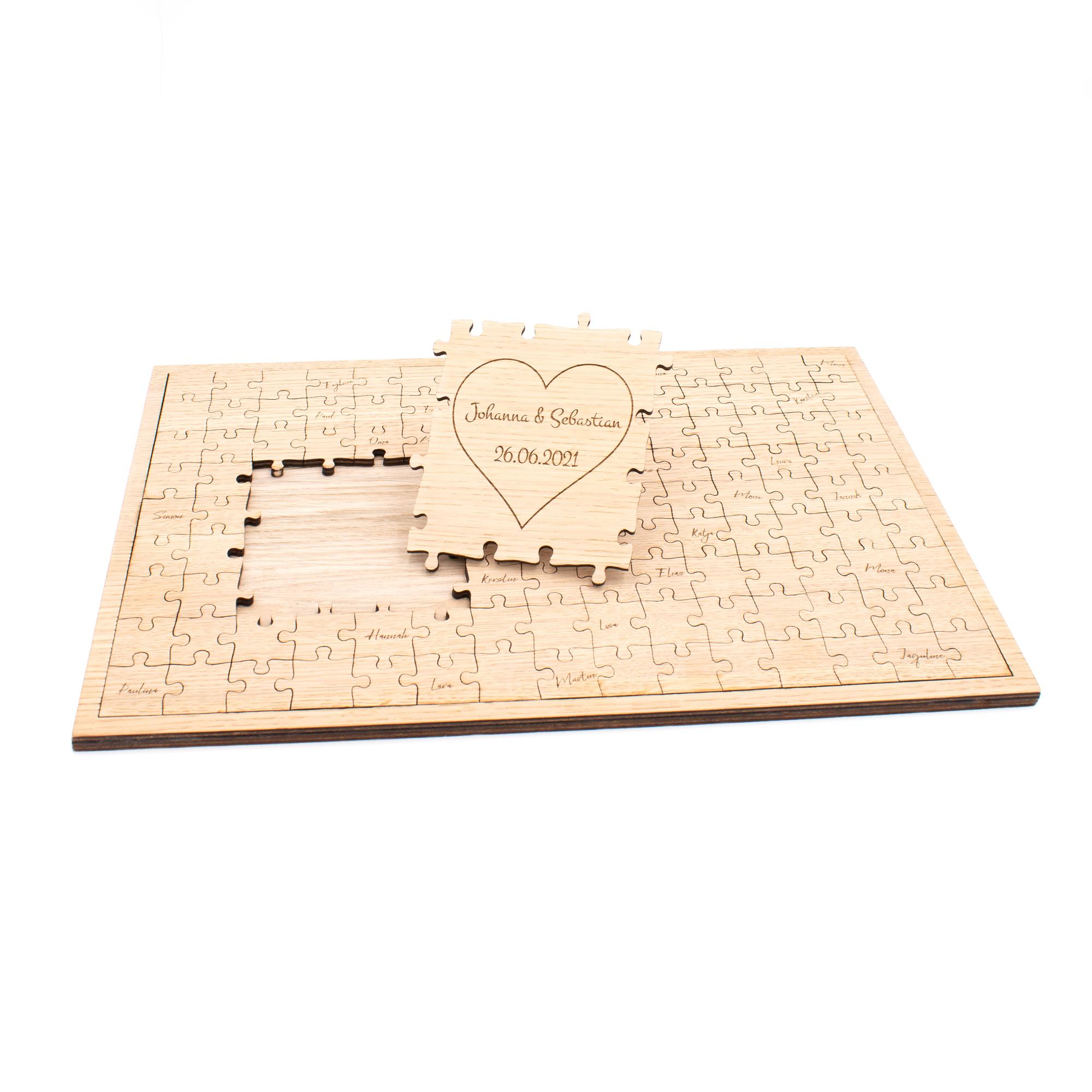 personalisiertes Gästebuch Puzzle zur Hochzeit mit Herz und Namen des Brautpaares graviert, aus Holz
