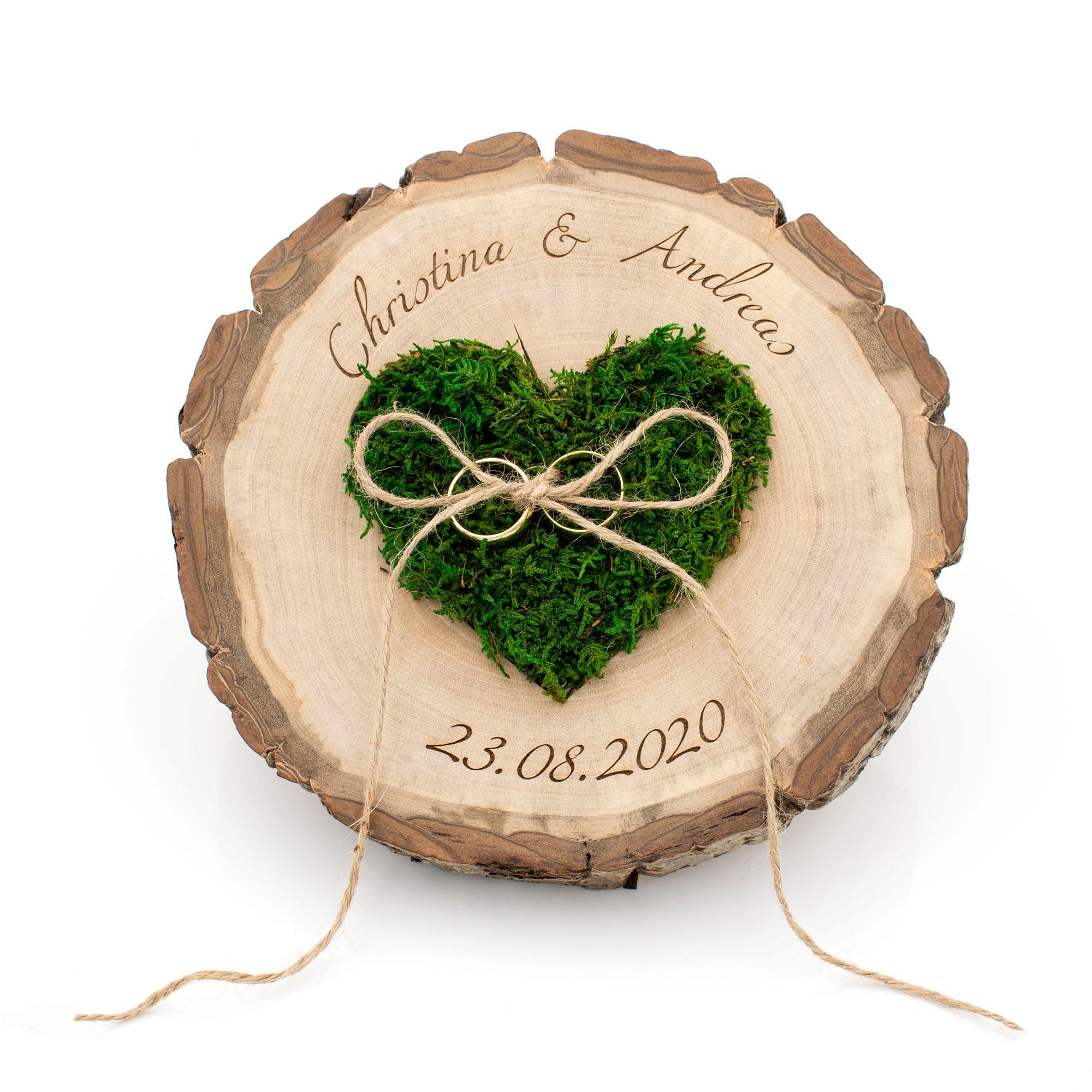 edles Ringkissen aus Nussbaum-Holz mit Moosherz, graviert mit Namen und Hochzeitsdatum