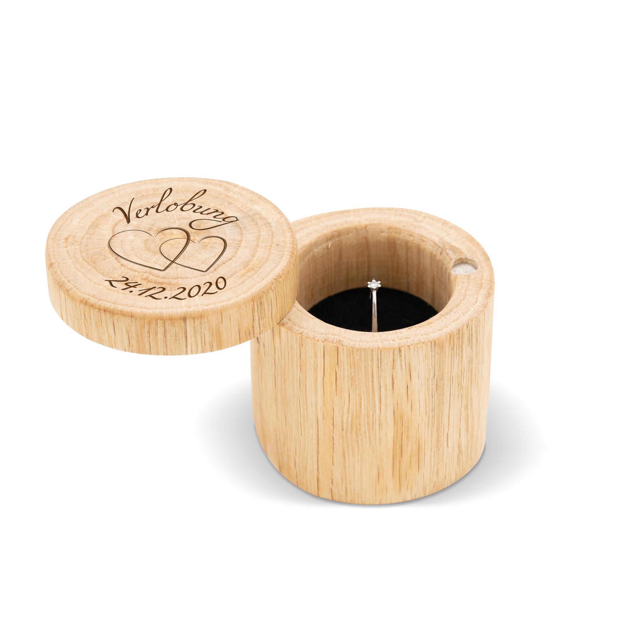 Ringbox zur Verlobung aus Holz mit Herzen und persönlichem Datum graviert, mit magnetischem Verschluss
