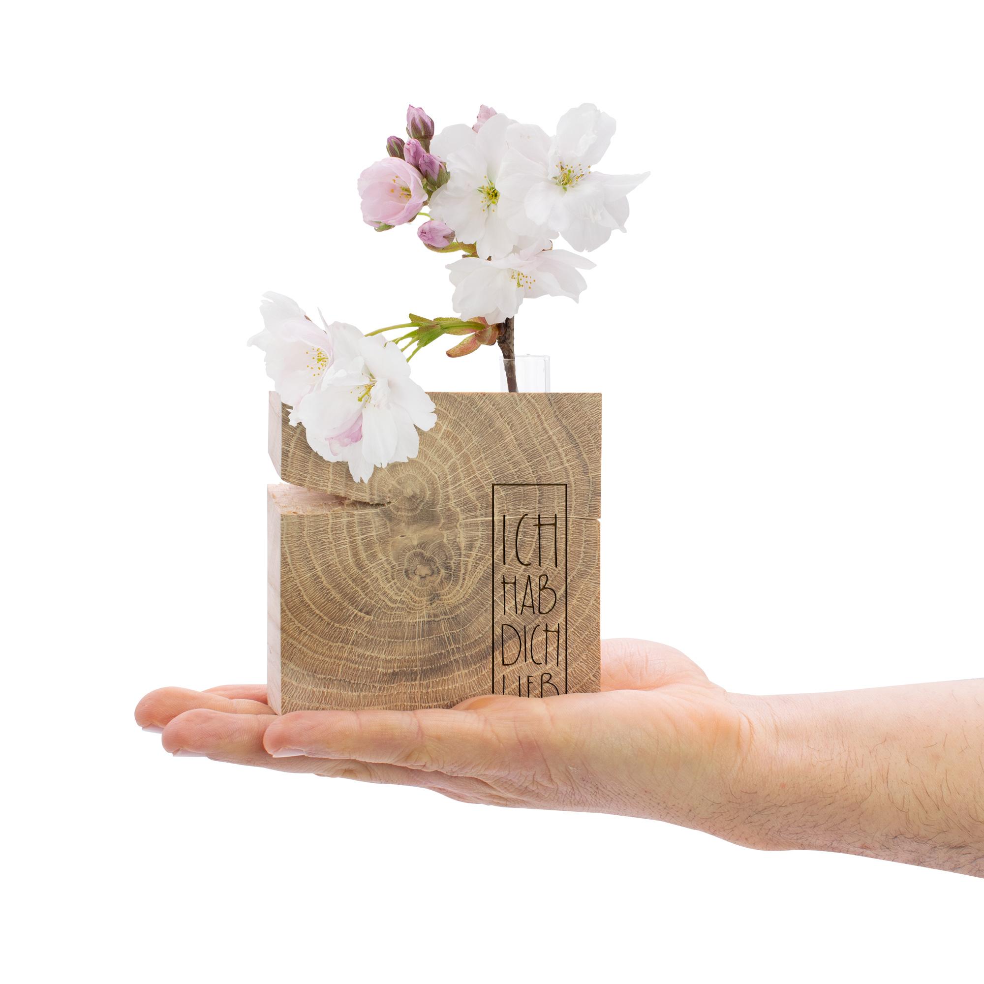 """dekorativer Holzquader aus Eiche mit Schriftzug """"Ich hab dich lieb"""" graviert und kleiner Vase eingelassen"""