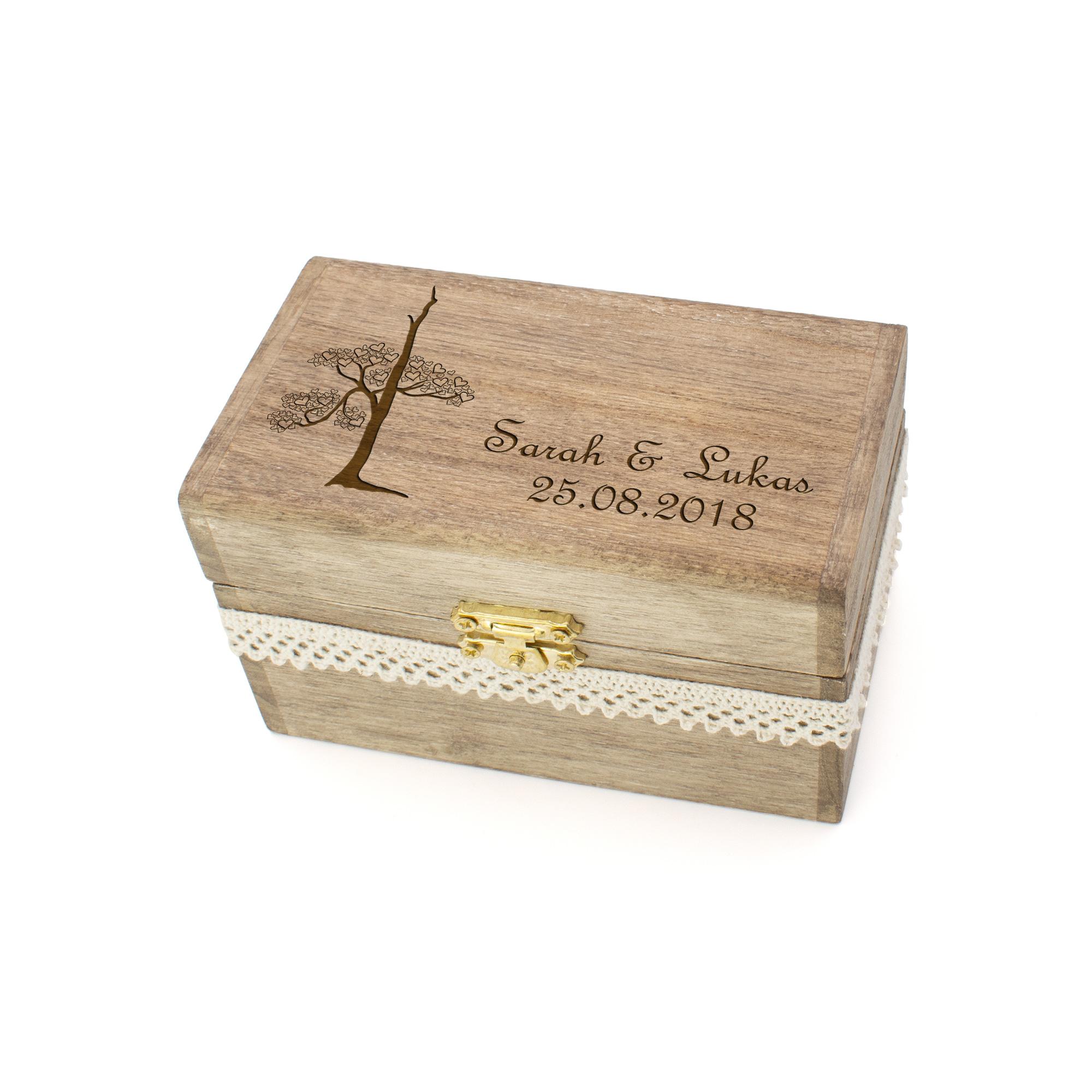 personalisierte Vintage-Ringschatulle aus Holz zur Hochzeit mit Spitzenband und mystischem Baum graviert