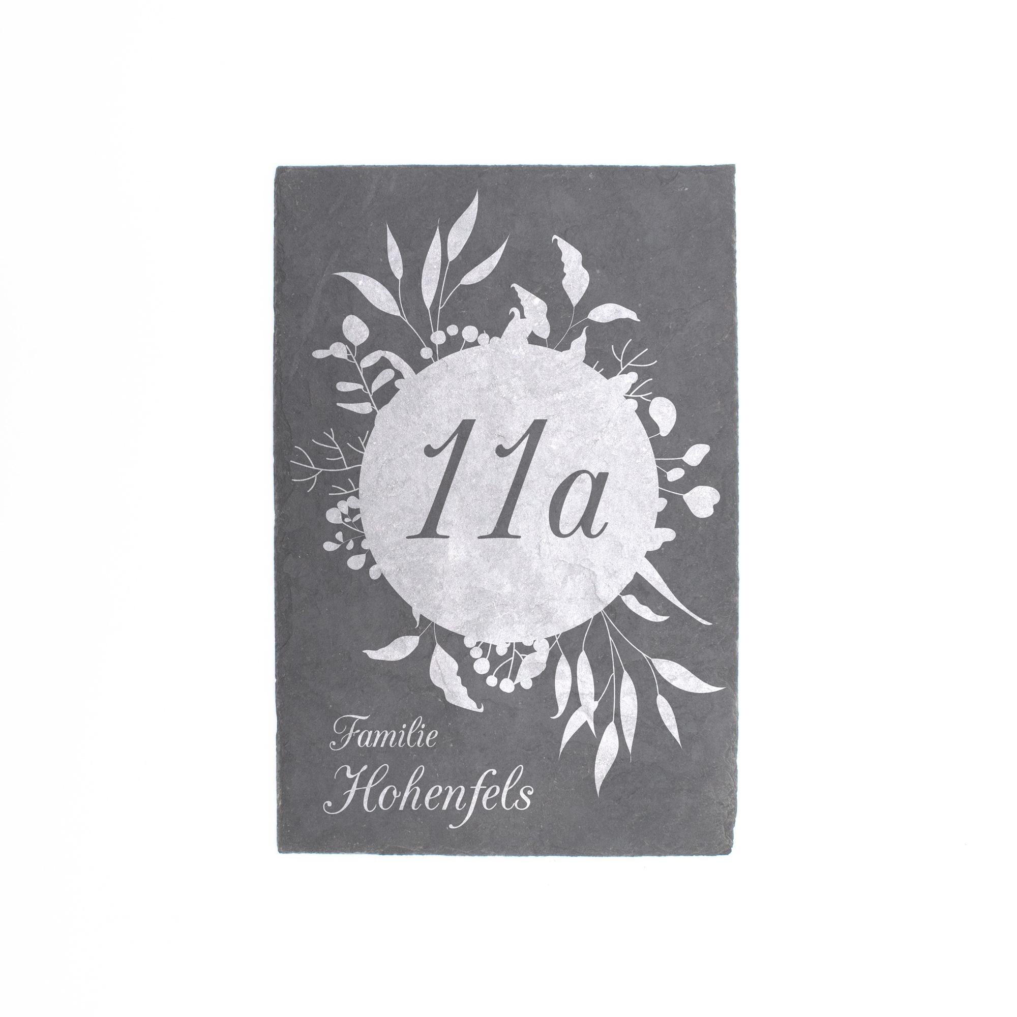 Persönliches Türschild aus Schieferplatte mit Hausnummer und Familiennamen graviert in edlem floralem Design, frontal