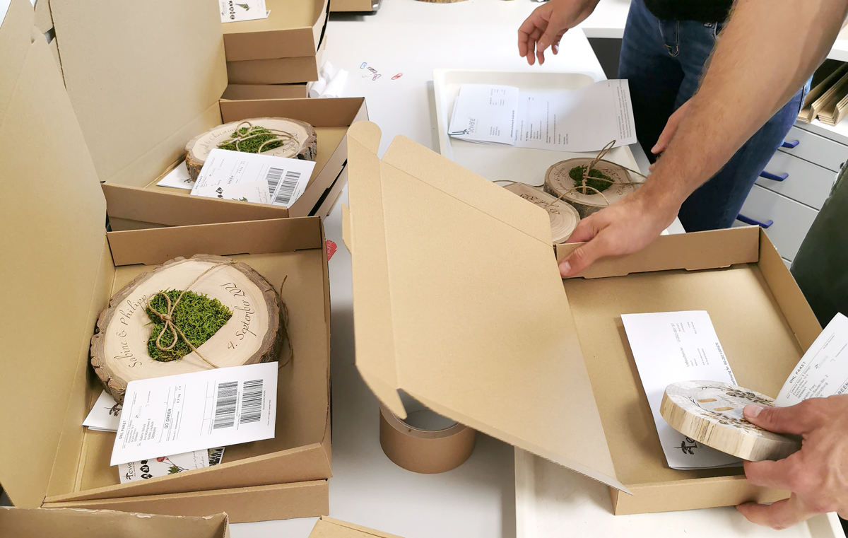 nachhaltige Hochzeitsgeschenke aus Holz werden zum Versand verpackt