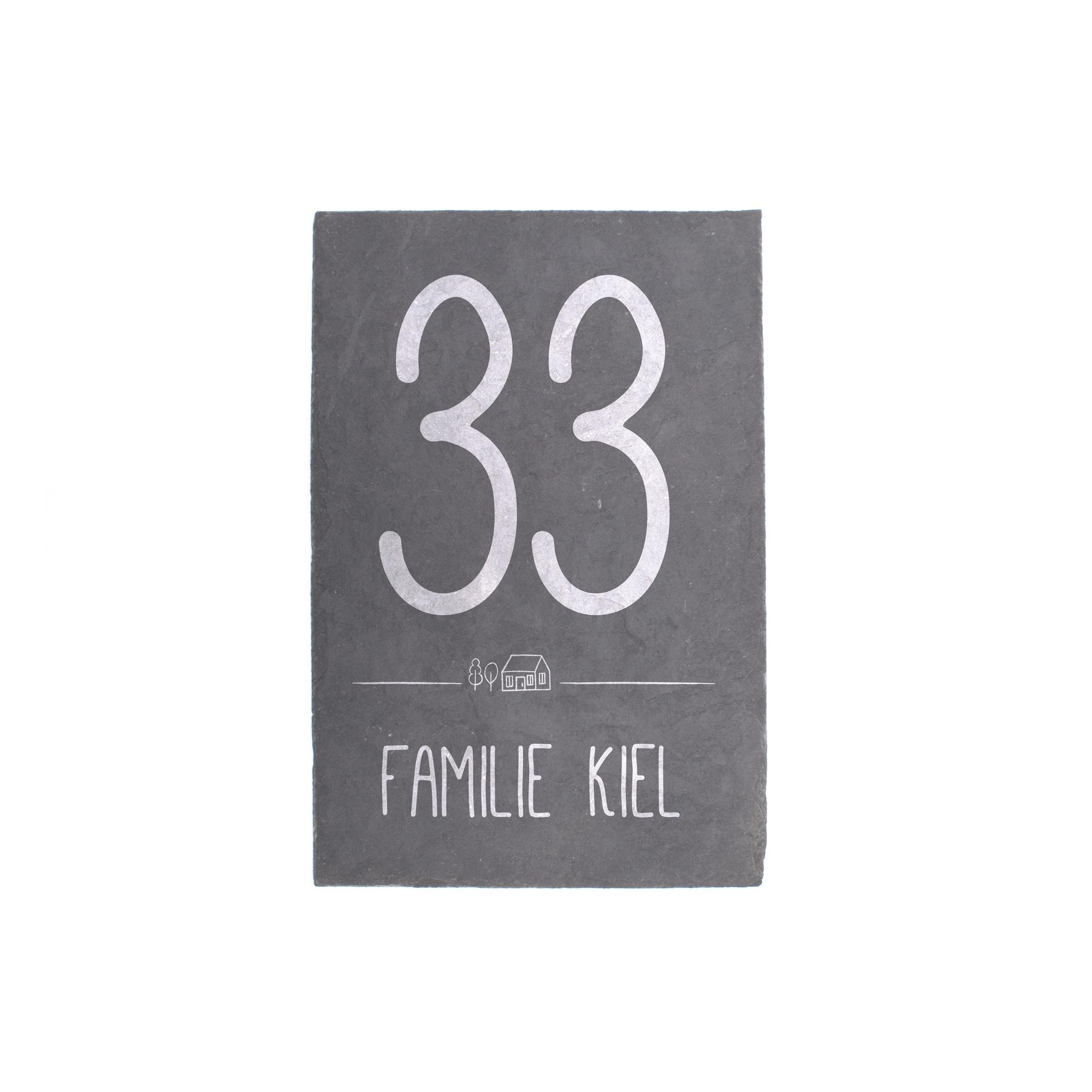 Persönliches Türschild aus Schieferplatte mit Hausnummer und Familiennamen graviert in schönem Design, frontal