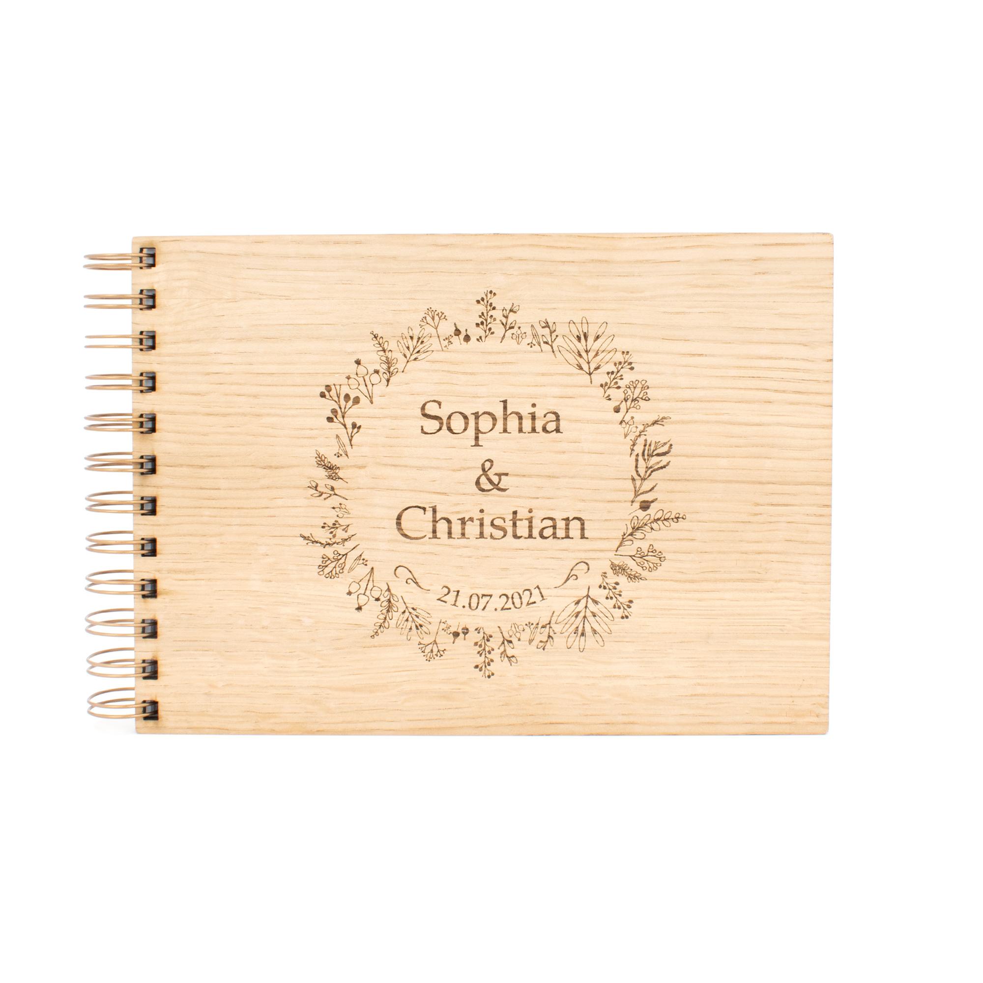 Personalisiertes Gästebuch zur Hochzeit mit Holzcover in elegantem Blumenkranz-Design graviert, frontal