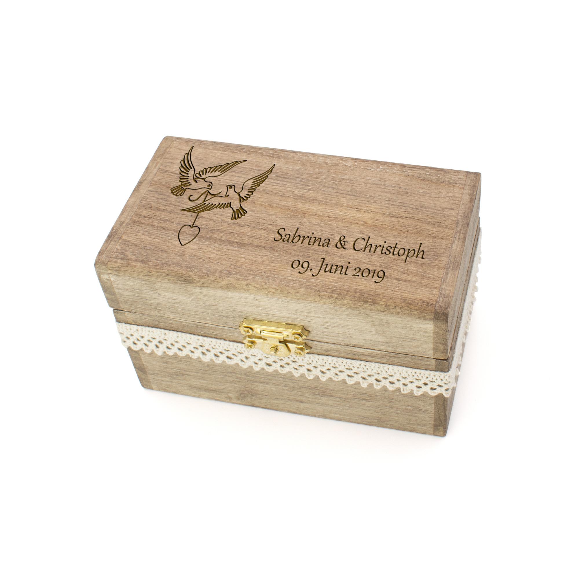 Vintage-Ringschatulle aus Holz mit romantischen Tauben und persönlichen Namen und Datum graviert, mit Spitzenband