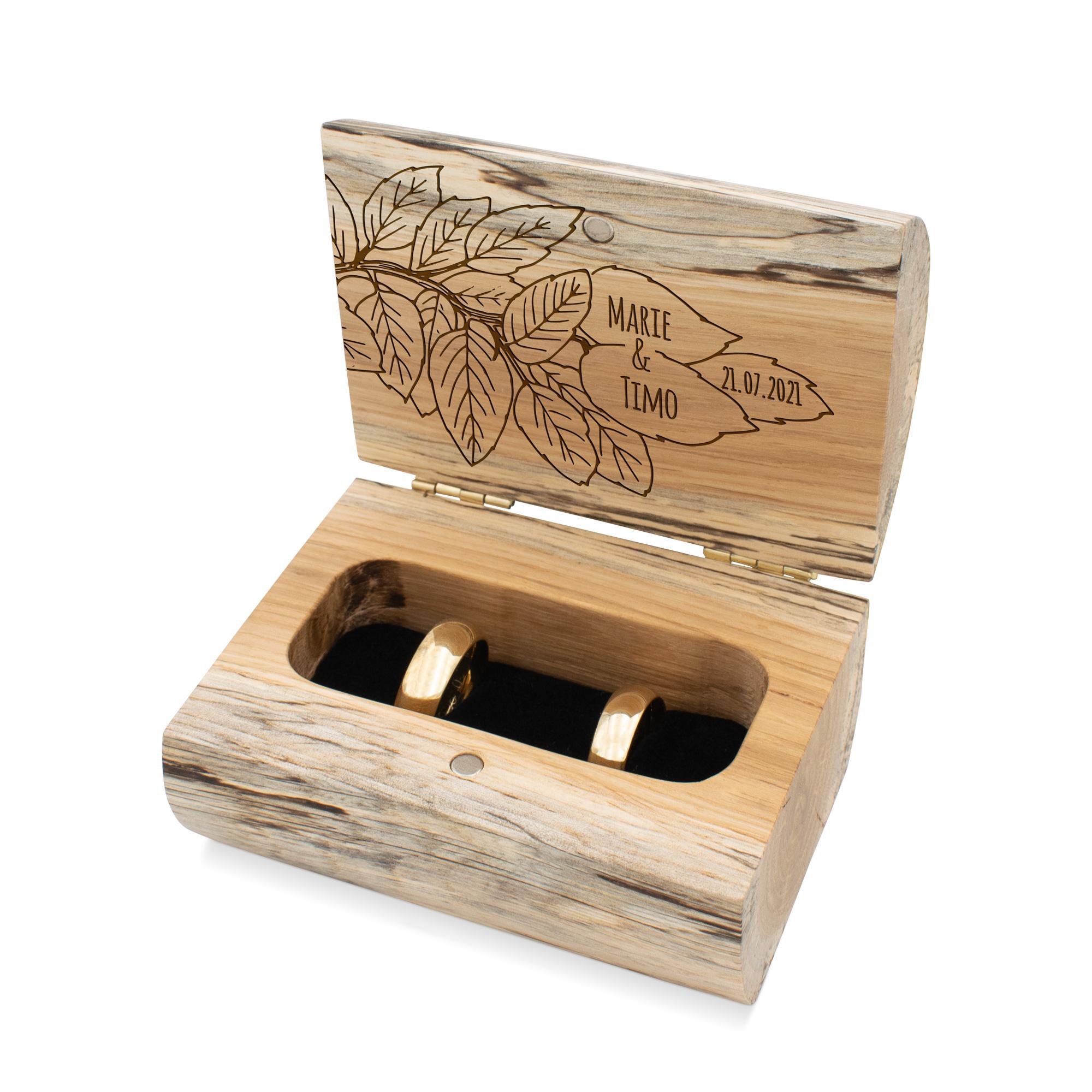Schöne geöffnete Ringschatulle aus wildem Eiche-Holz mit personalisiertem Blättermotiv als Innengravur im natürlichen Design